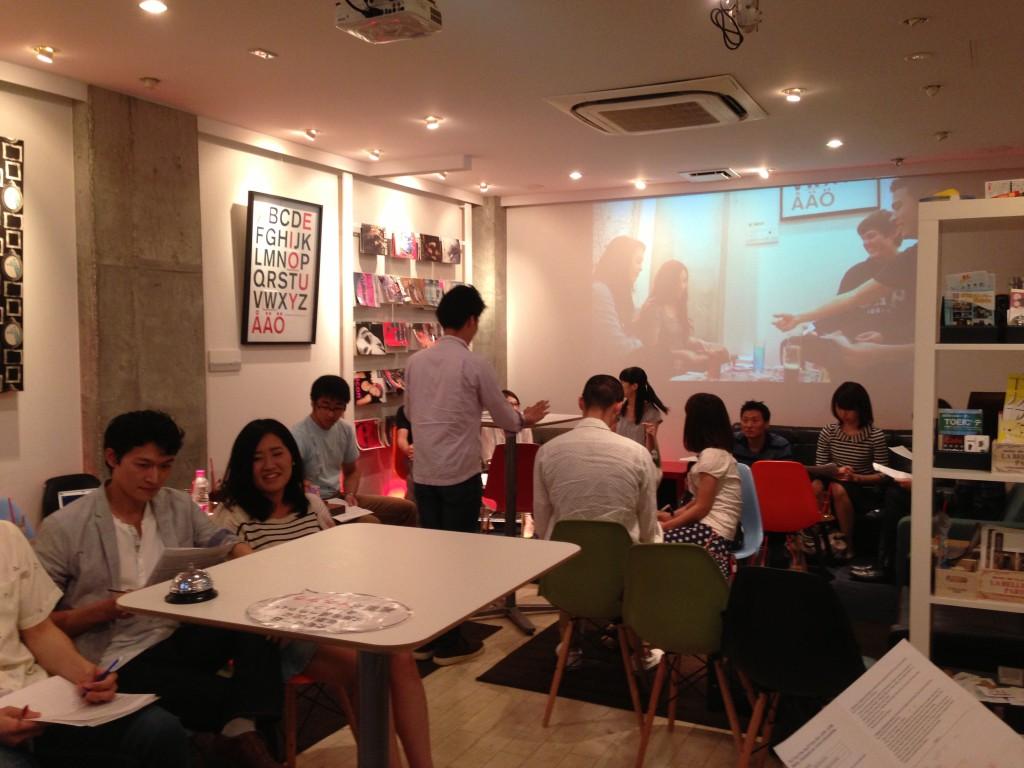 下北沢で英会話カフェにてカフェ英会話のディベートに参加