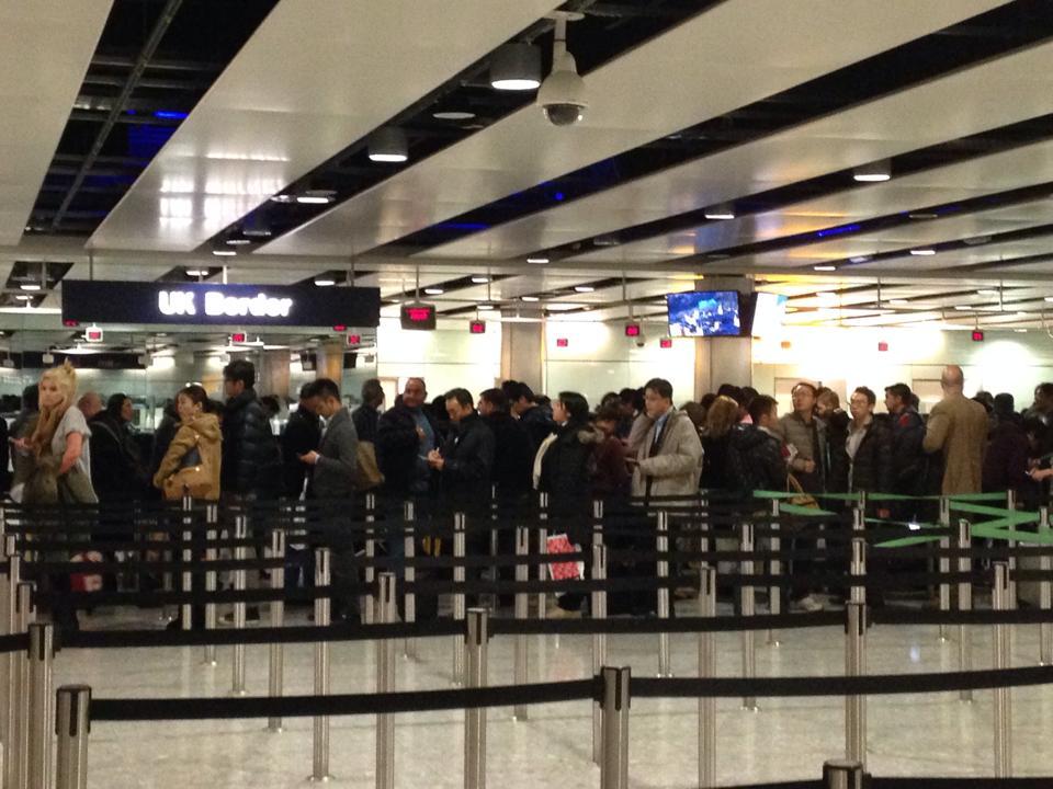 ヒースロー空港の入国審査を待つ行列