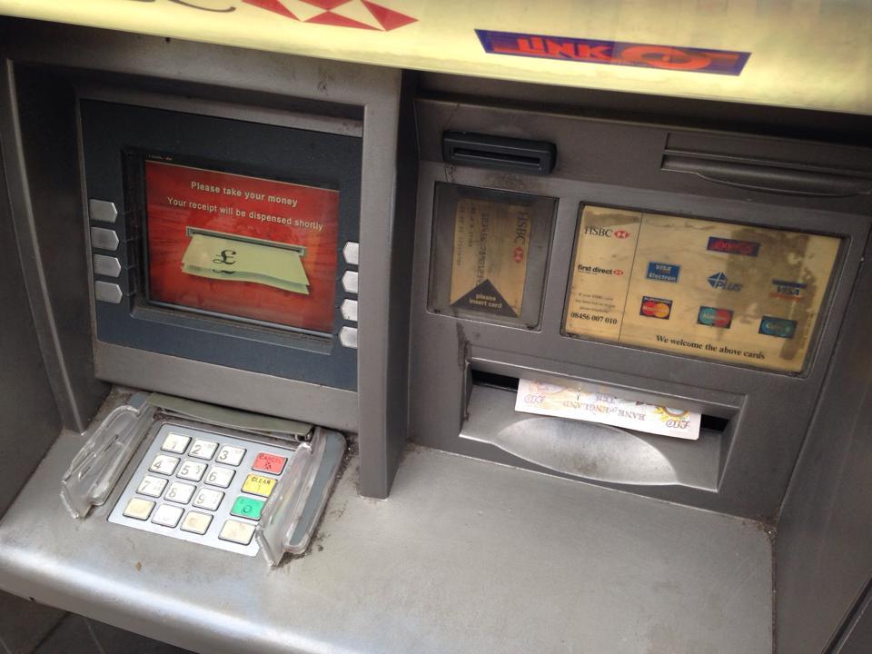 お金とカードを忘れずに取る