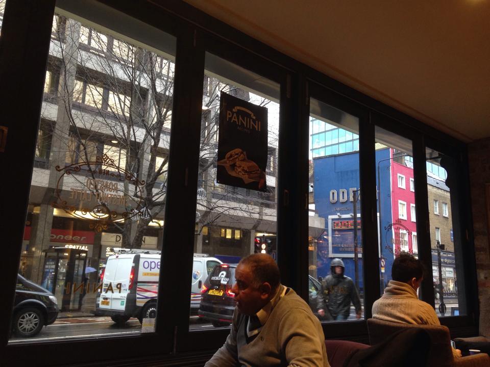 カフェネロの窓から雨のロンドンを見る。