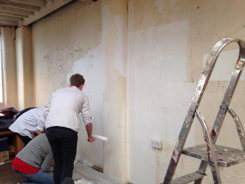 職場のコワーキングスペースHUB Islingtonの壁をみんなでペインティング