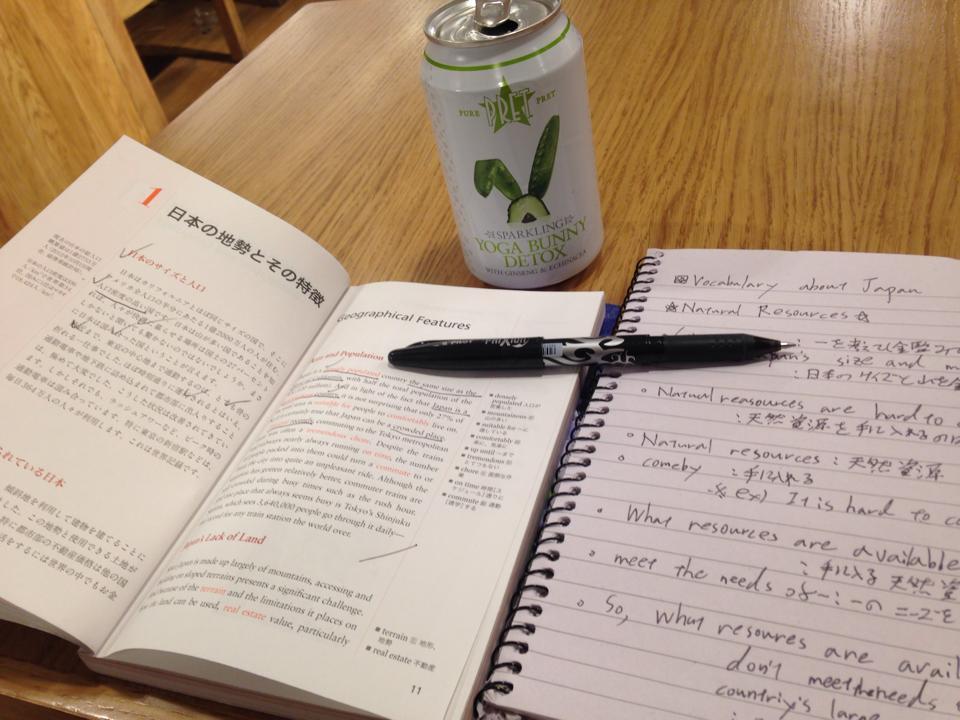 英語で発信する日本小辞典を使った英単語トレーニングの様子