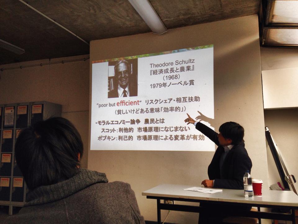 講義中の岡通太郎(おかみちたろう)先生