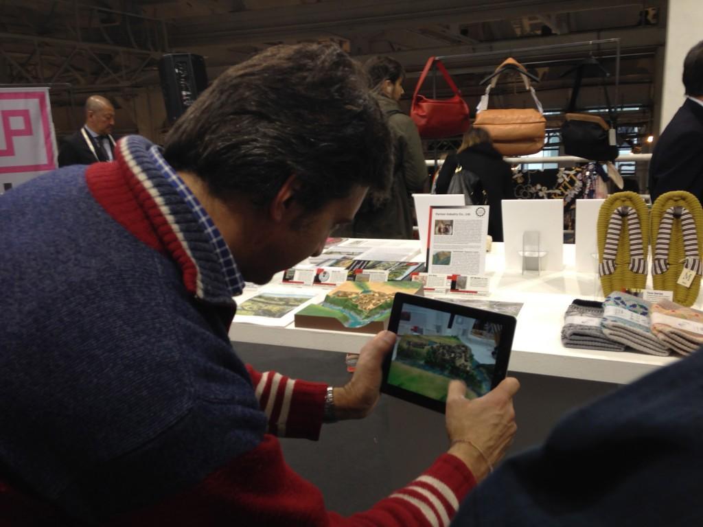 ARのアプリに驚くイタリア人記者
