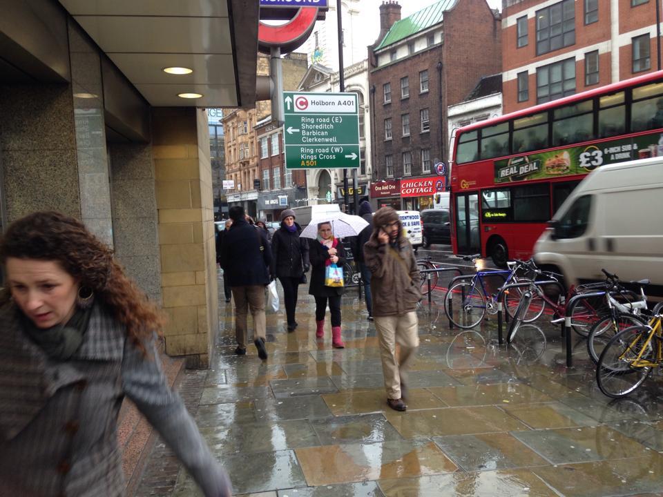 傘ではなくフードの人が多いイギリス
