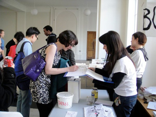 ロンドン大学で行われた東日本大震災のチャリティイベント中のりかちゃん