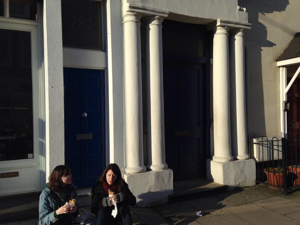 青いドアの家