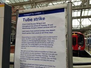 ストライキを伝える看板