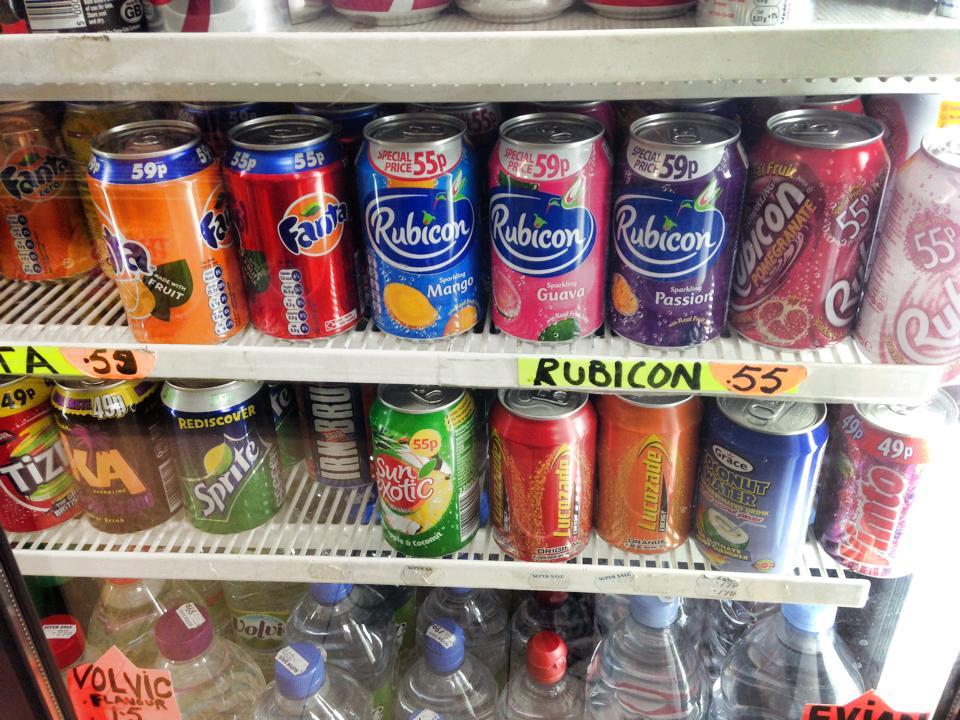 ロンドンの街の商店に売られている缶ジュース