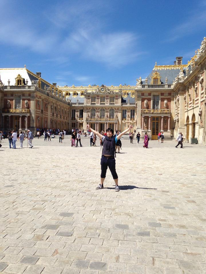 ベルサイユ宮殿の前で