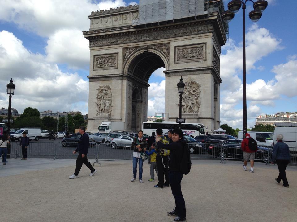 凱旋門の前で記念撮影
