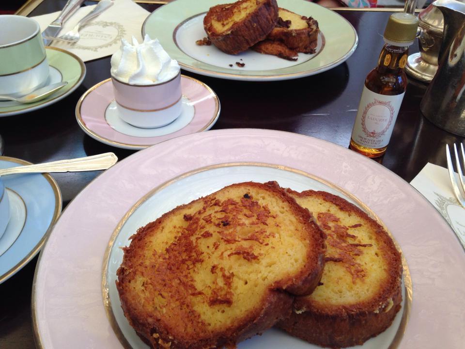 シャンゼリゼ通りのラデュレ限定メニューのフレンチトースト