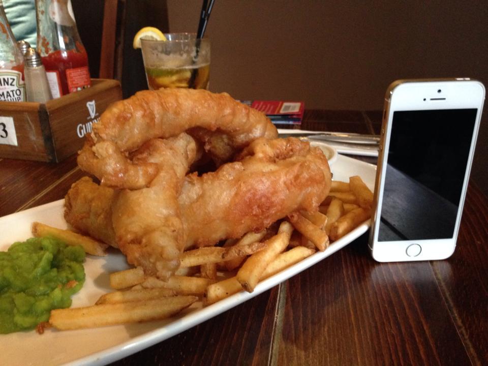 iPhoneを被写体にフィッシュアンドチップスの大きさをクローズアップ!