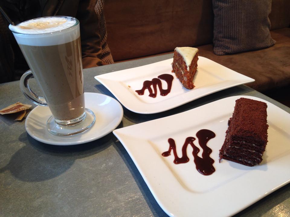 カフェで注文したラテとケーキ