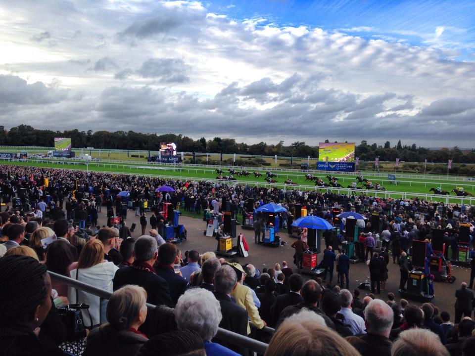 スーツで観戦するイギリスの競馬場