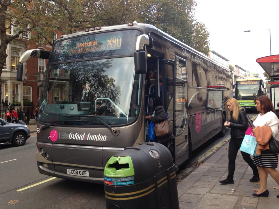 ロンドンのビクトリア駅から出ているX90バスにてオックスフォードへ