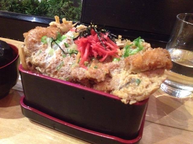 Eat Tokyoというお店で注文したカツ丼は2枚入りでした。
