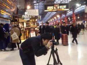 駅でカメラチェックをする僕