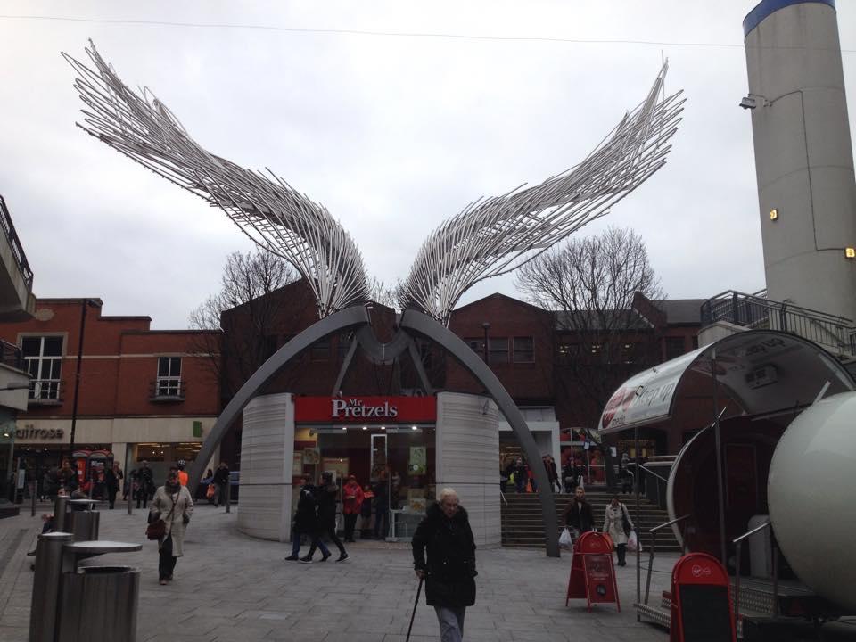エンジェル駅にある天使の羽のモニュメント