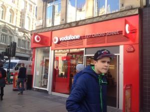 ロンドンのショッピング街「オックスフォードストリート」のVodafoneショップ