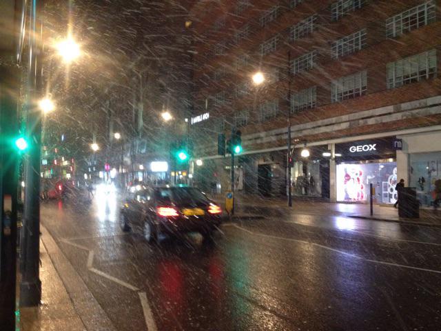 夜にロンドンで降った雪の様子