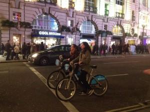 ピカデリーサーカスの車道を走るバークレイズバイク