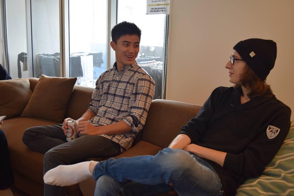 日本でインターンシップをしているアンディと交換留学生のロバート